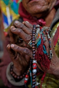 06-lama-holds-tibetan-rosary-670