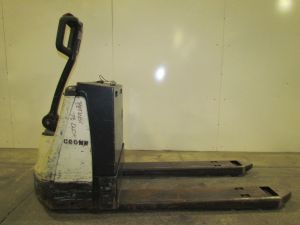 A48555-crown-wp2035-45-type-e-electric-pallet-jack-4500-24-v-electric-pallet-truck