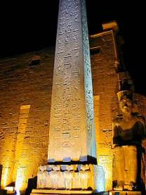 Luxor_Temple_obelisk_at_entrance_dg_042001