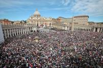 VATICAN CITY, VATICAN - MAY 01: Ageneral view of St. Peter's Square during John Paul II Beatification Ceremony held by Pope Benedict XVI on May 1, 2011 in Vatican City, Vatican. The ceremony marking the beatification and the last stages of the process to elevate Pope John Paul II to sainthood was led by his successor Pope Benedict XI and attended by tens of thousands of pilgrims alongside heads of state and dignitaries. (Photo by Elisabetta Villa/Getty Images)